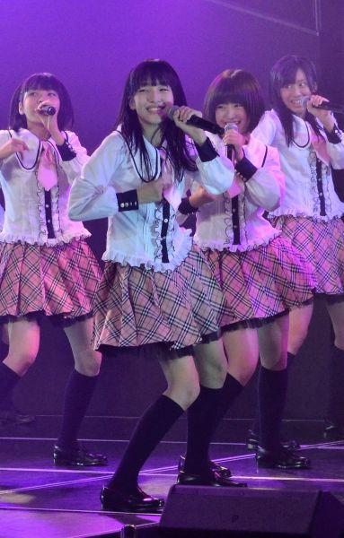 劇場デビュー公演のゲネプロに参加した田島芽瑠さん(中央)=2012年9月