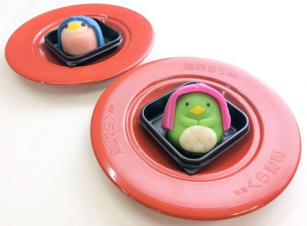 6月12日(金)より販売する和菓子「アマビエさん」。体がピンク色の方は「いちごあん」(写真左)、緑色の方は「こしあん」※無くなり次第終了 ※持ち帰り不可