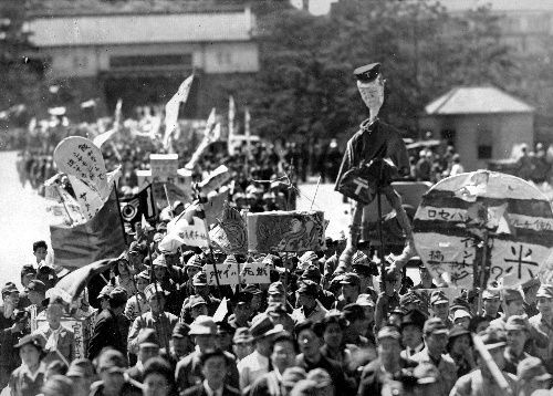 皇居の坂下門前を行進する食糧メーデーのデモ隊=1946年5月19日
