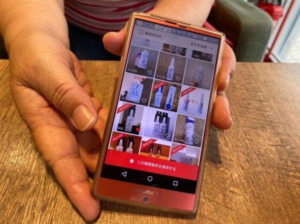パストリーゼ77が出品されているフリマアプリの画面を見せる高知市の女性=2020年6月3日、湯川うらら撮影