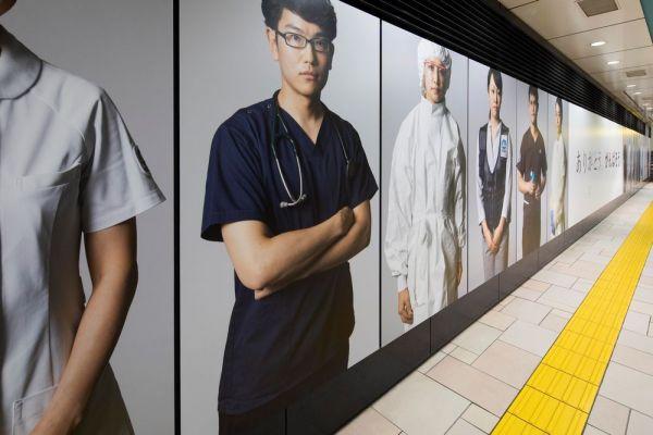 東京メトロ表参道駅のコンコースに展示された医療従事者のポートレート写真(いずれも宮本直孝さん提供)