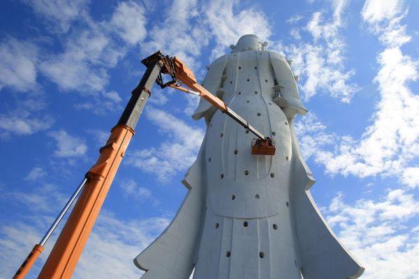 2018年、観音像を丸ごと覆う足場を組み、大規模な修繕作業が行われた。