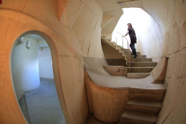 胎内には、迷宮と見まがう不思議な空間が広がる。