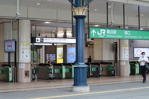 JR舞浜駅の改札=6月25日