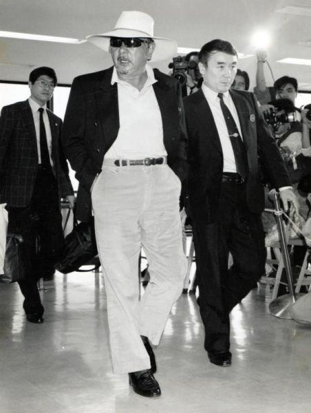 ハワイから帰国した勝新太郎さん=1991年5月12日