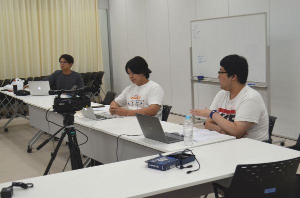 配信に挑むマヂカルラブリーの野田クリスタルさん(中央)と村上さん