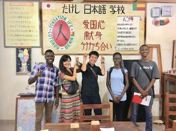 たけし日本語学校で、日本やベナンの友人らと写るジョゼさん(左)