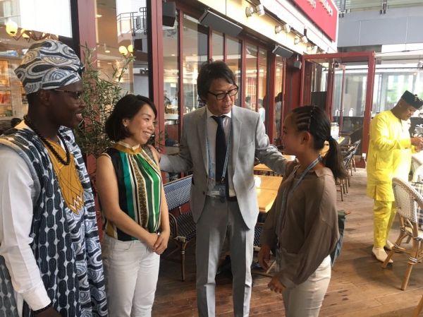 アフリカ開発会議(TIKAD)で(左から)ジョゼさんが「おかあさん」と慕う大島さんと、「おとうさん」と慕う川口さん。右奥にいるのは、ゾマホンさん=2019年8月、横浜