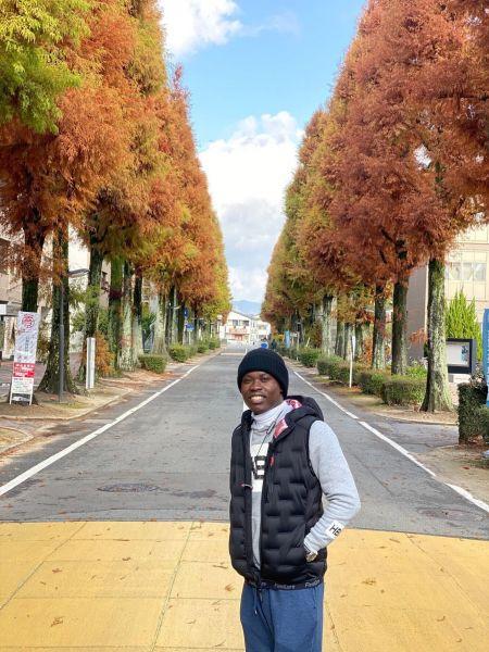 佐賀大学の構内に立つジョゼさん