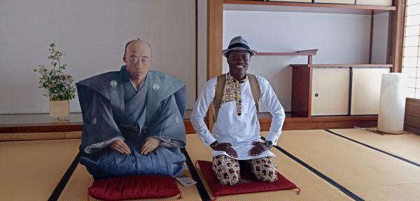 佐賀城で「10代藩主・鍋島直正公」と写真に収まるジョゼさん=2019年5月