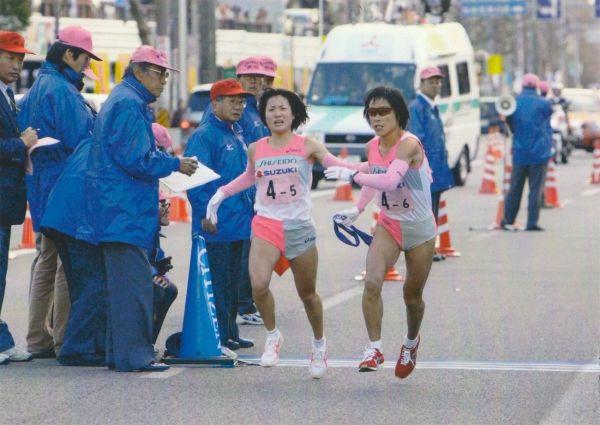 2006年全日本実業団女子駅伝。資生堂所属の加納さん(左)は5区を走り、アンカーにたすきを渡した。この大会で資生堂は初優勝した=本人提供