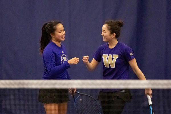 米ワシントン大学テニス部での試合中の荒川さん(右)
