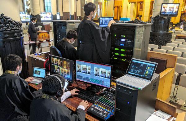 機器を操作し、法要をネット中継する築地本願寺の僧侶ら=2020年5月、東京都中央区