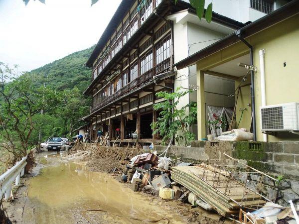 豪雨の被害を受けた旅館=鶴之湯旅館提供
