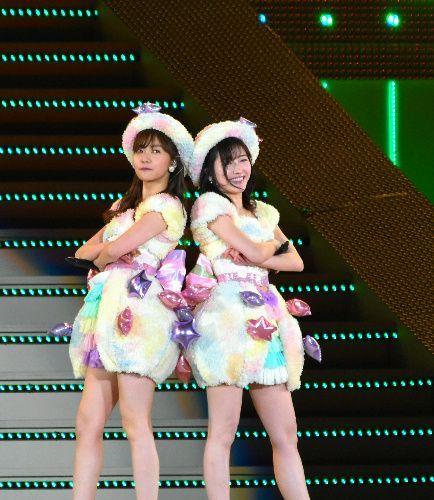 AKB48を卒業した渡辺麻友さん(右)も駆けつけ、指原莉乃さんの卒業を祝福した=横浜スタジアム