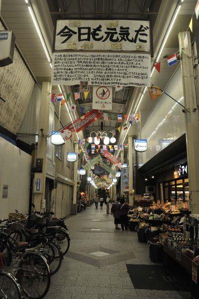 「たまこまーけっと」の舞台となった、京都市出町枡形商店街に掲げられた弔文