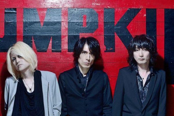 「Eins:Vier」。左からベースLunaさん、ボーカルHirofumiさん、ギターYoshitsuguさん=小松陽祐氏撮影