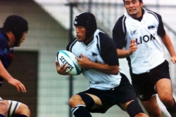 24歳でライオンに転職し、ラグビーチーム「ファングス」のクラブチーム化を推進した朱賢太さん(中央)=本人提供