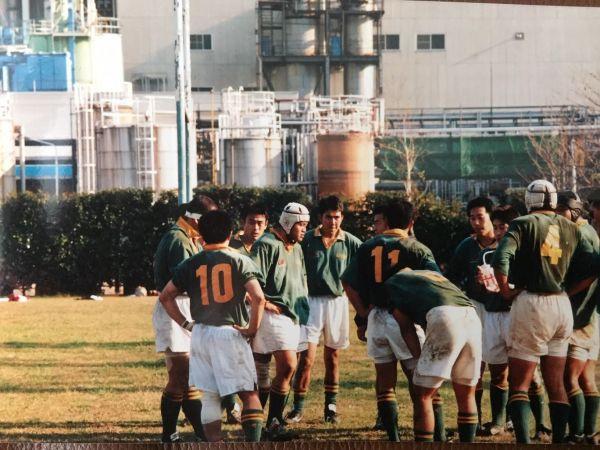 千葉にあるライオンラグビー部グランドにて。中央の白いキャップをかぶっているのが、当時主将を務めていた朱さん=本人提供