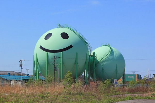 開けた場所で、背中合わせに建つ、新発田ガスが造った「ニコタン」。2基並んだガスタンクの片方は、現在ピンク色に塗り替えられている。