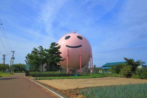 新潟県胎内市の小学校付近に造られた、ニコタンのガールフレンド「モモタン」。元々はニコタンだったが、2017年の塗り替えを経て生まれ変わった。