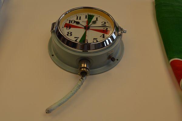海上自衛隊/ 水晶時計/ 開始価格10,000円→落札価格450,000円