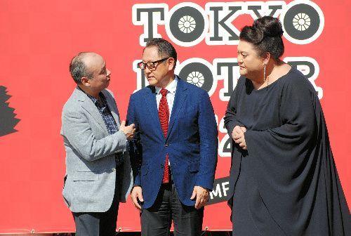 東京モーターフェス2018のトークショーで談笑する(左から)トヨタ自動車の豊田章男社長、ソフトバンクグループの孫正義会長兼社長、マツコ・デラックスさん=2018年10月6日