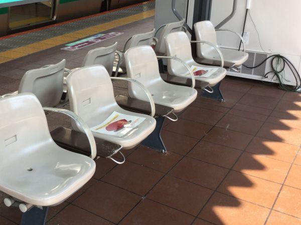 チラシは一席おきに貼り出され、隣の人と間隔を空けることができるようになっている
