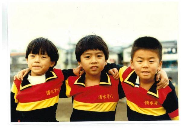 小学生時代、少年サッカークラブ「清水FC」でプレーをしていた鈴木さん(左)。清水FCはJリーガーを多く輩出する名門クラブだった。=本人提供