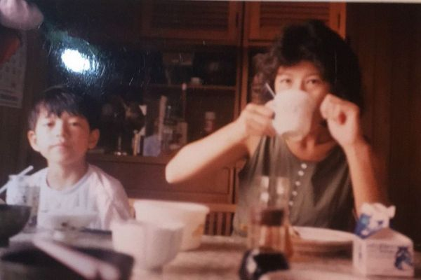 鈴木さんと母親。「母は、放課後のクラブチームの練習の送迎から、車の中で食べるおにぎりの準備、土日は試合の応援に駆けつけてくれるなど、いつもサポートしてくれました。感謝してもし切れません」(鈴木さん)=
