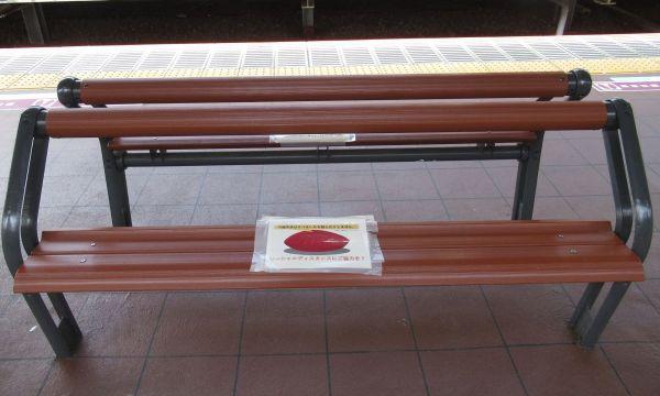 シートの真ん中にチラシが配され、左右に座れるようになっているタイプのベンチもある