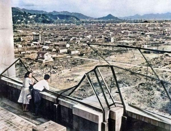 渡邉英徳教授らによってAIを使って再カラー化された写真。原爆投下から1年、まだ焼け野原が目立つ広島市街。八丁堀の福屋デパートから南東方向を望む。後方中央の富士山のような山は金輪島=1946(昭和21)