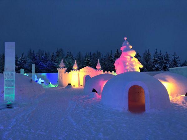 雪で作られたムーミンたちが出迎えるムーミンワールド=フィンランド・ロヴァニエミのサンタクロース村