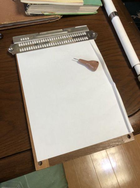 点筆と点字盤。点字を打つときに使う