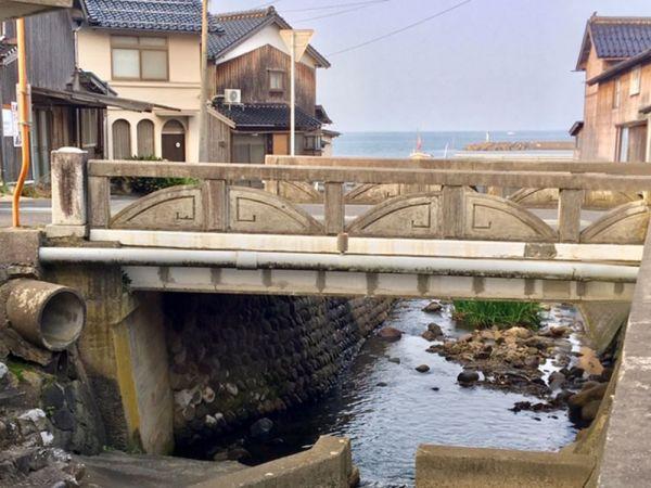 花見潟墓地と周辺の住宅街を隔てる「化粧川」。現世と彼岸の境目のようにも感じられる。
