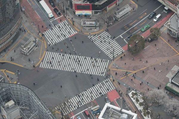 外出自粛要請を受けて普段の週末よりも人影がまばらな東京・渋谷駅前のスクランブル交差点=2020年3月28日午後1時34分、東京都渋谷区、朝日新聞社ヘリから、飯塚悟撮影
