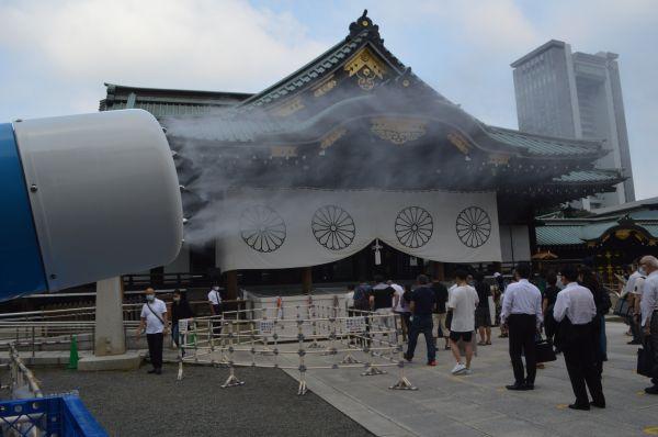 拝殿前にある巨大なミストの機械