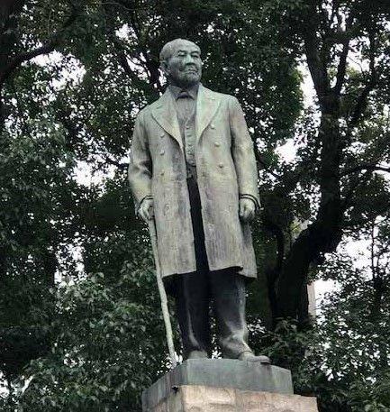 新1万円札の肖像に決まった日本経済の父、渋澤栄一の銅像が近くに建つ