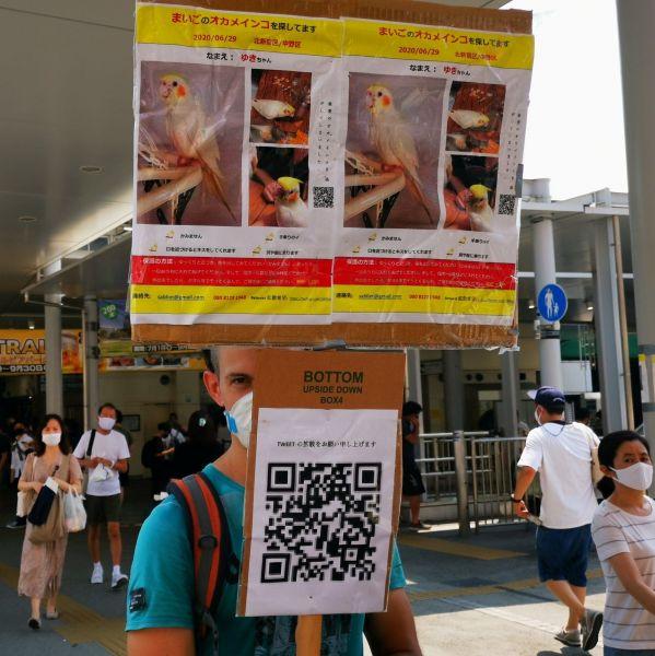 猛暑の中野駅でたたずむ外国人男性。その姿をヤンネM8さん(@headphone_metal)がツイートして話題になった