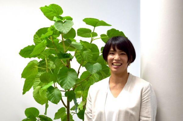 「葉っぱといっしょだと『野獣感』出ませんか?大丈夫ですか?(笑)」というお茶目な一面も見せる松本さん。