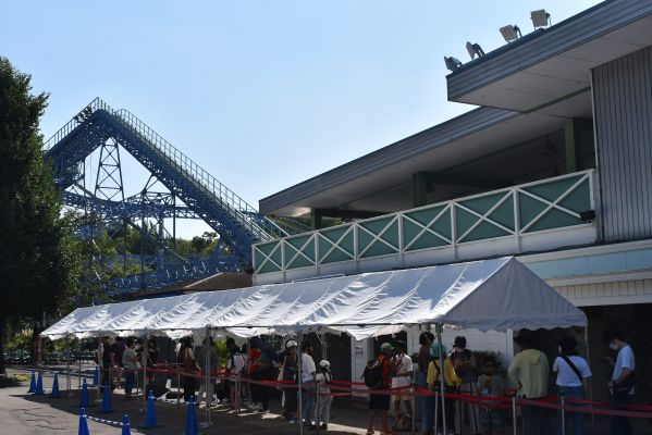ローラーコースター「サイクロン」の前にも長蛇の列が続いていた=2020年8月、東京都練馬区