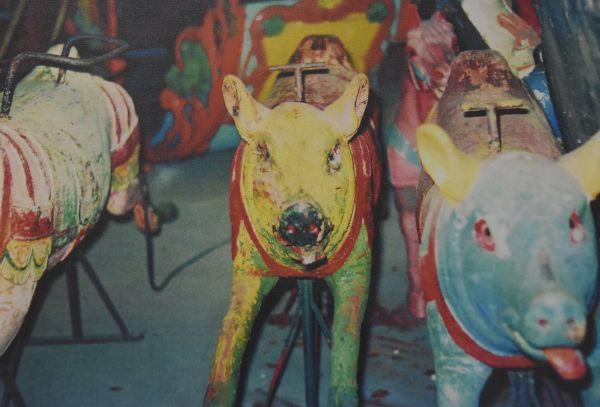 としまえんに到着した頃の回転木馬「カルーセルエルドラド」。塗装がはげた状態の乗り物が多かった=豊島園提供
