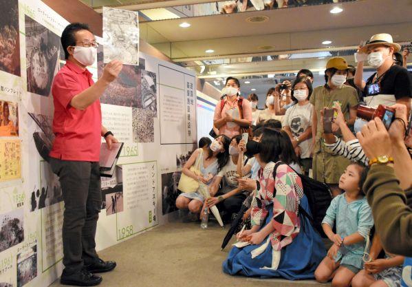 園内で開催されているガイドツアーで、としまえんの歴史や魅力を語る内田さん=2020年8月、東京都練馬区
