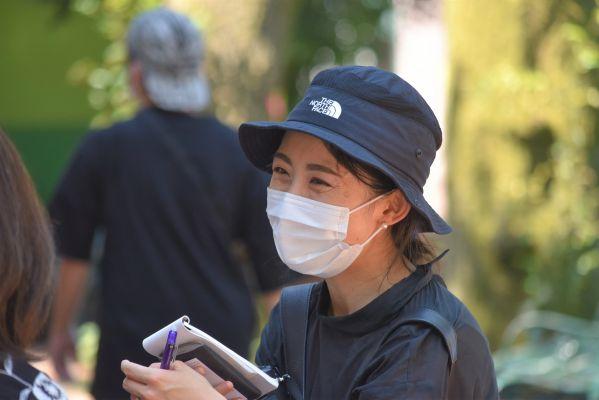 来園者にとしまえんの思い出を聞く中井なつみ記者=2020年8月、東京都練馬区