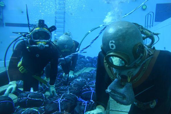 3年生の実習の様子。右手前が「南部もぐり」と聞いてイメージされやすいヘルメット式の潜水服