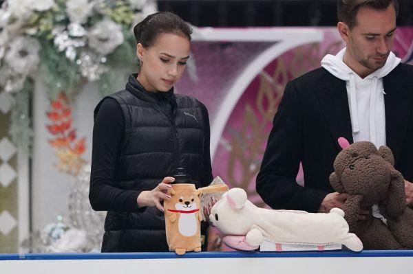 2019年10月、ジャパンオープン前日の練習で、リンクサイドに飲み物を置くアリーナ・ザギトワ