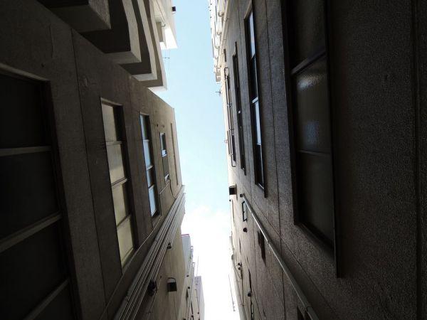 埋め立てられた「浜町川」沿いに建つマンションから見上げた空