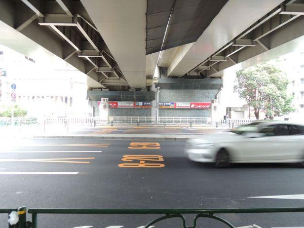 高低差のある高速道路に設けられた駐車場。手前に「千代田橋」の親柱と欄干も見える