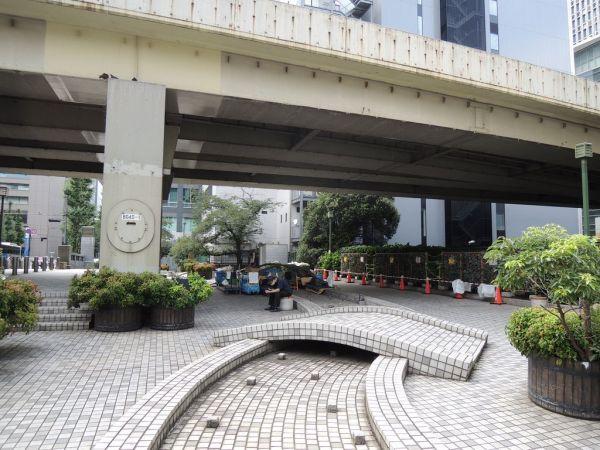 埋め立てられ首都高になった「楓川」にかかる「弾正橋」に設けられた公園。かつての川の流れを再現したかのようなモニュメントがあった=東京都中央区