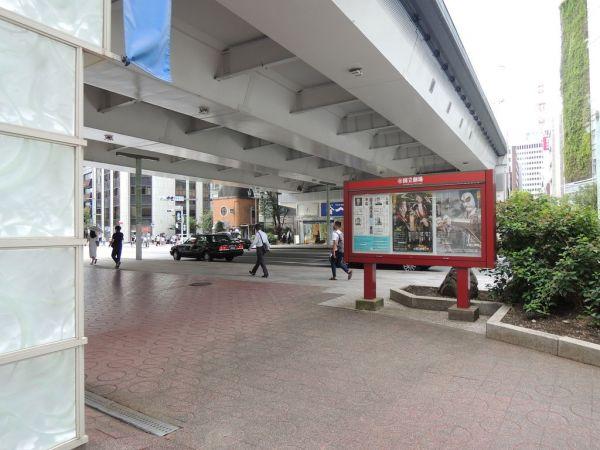 「京橋」の交差点にかかる高速道路の高架